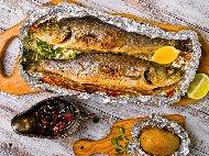 Печена риба лаврак с чесън във фолио на скара